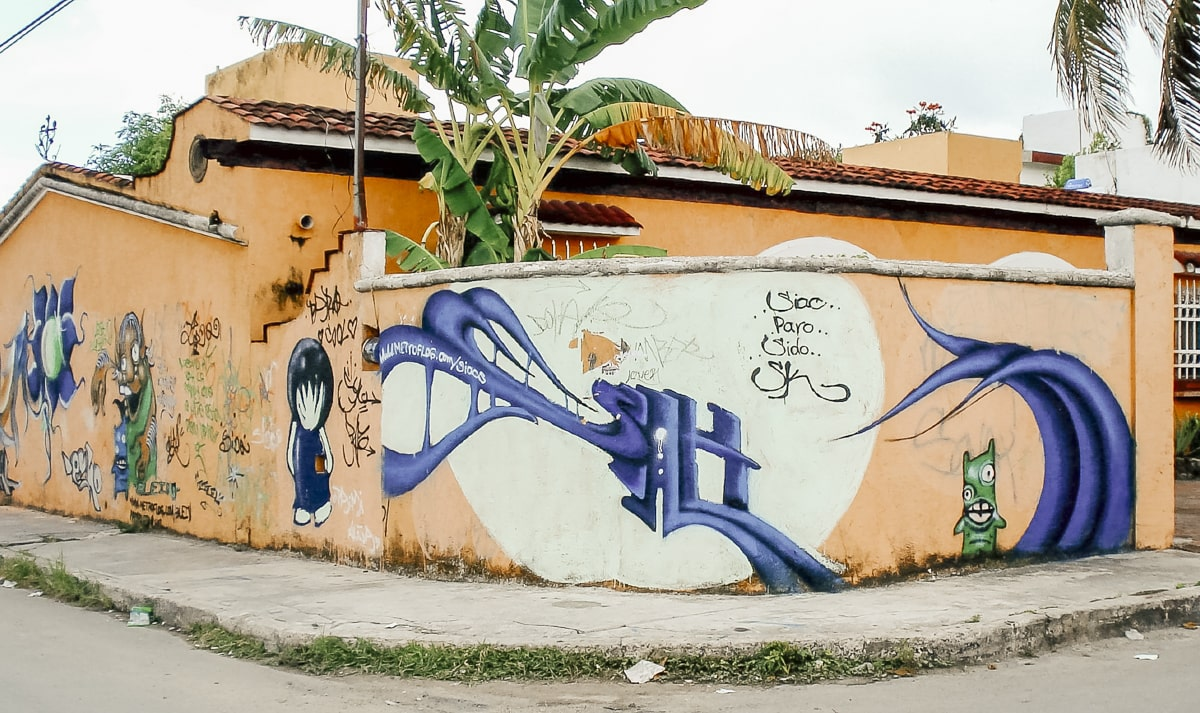 Graffiti and a mural on a house in Cancun